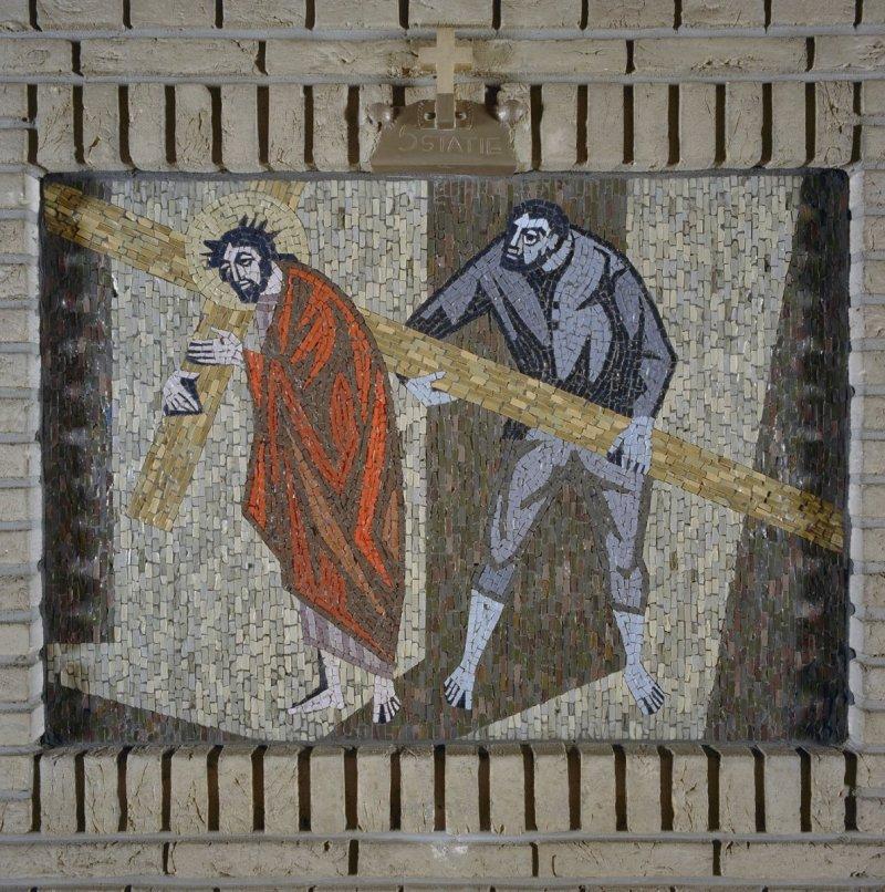 Kapel,_een_van_de_veertien_kruiswegstaties,_statie_5-_Simon_van_Cyrene_helpt_Jezus_het_kruis_dragen_-_Rosmalen_-_20332334_-_RCE